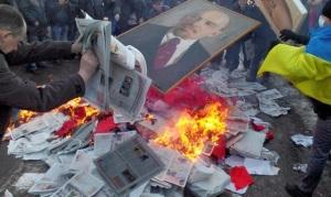 Quema de propaganda y simbología comunista en las calles de Kiev.